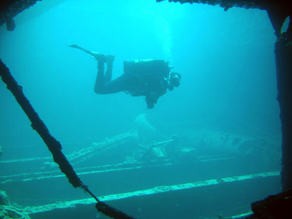 Picture of a diver diving the Thistlegorm